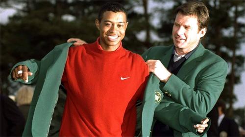 Woods gây sốt toàn cầu năm 1997 với chiếc Áo Xanh Masters. Ảnh: AP.