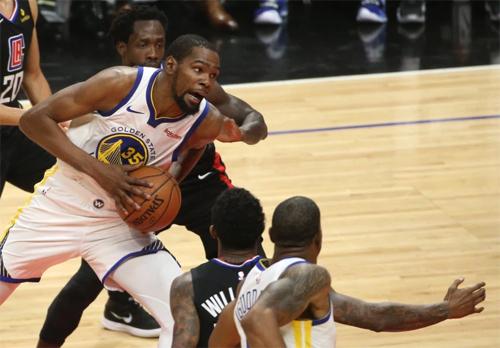 Kevin Durant (số 35)chứng minh đẳng cấp của cầu thủ từng giành MVP tại NBA. Ảnh: AP.