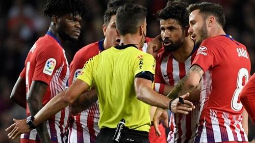 Diego Costa (thứ hai từ phải sang) bị truất quyền thi đấu ở trận thua Barca hôm 6/4. Ảnh: Reuters.