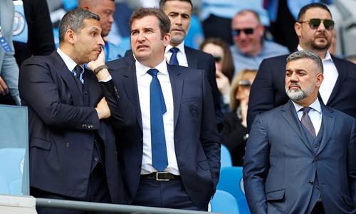 Chủ tịch Man City, Khaldoon Al Mubarak (trái) bên cạnh Giám đốc điều hành Ferran Soriano trên khán đài sân Etihad. Ảnh: Reuters.