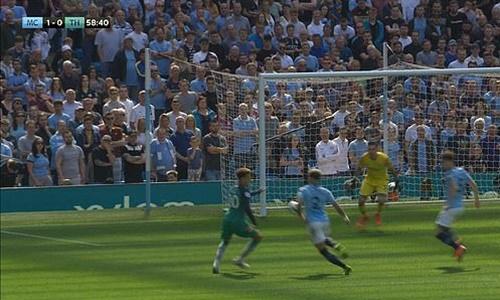 Tình huống bóng chạm tay Walker đầu hiệp hai. Ảnh: Sky Sports.