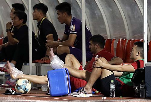 Đội chủ nhà gặp tổn thất khi Ngô Hoàng Thịnh và Matias phải rời sân sớm vì chấn thương. Ảnh: Đức Đồng.