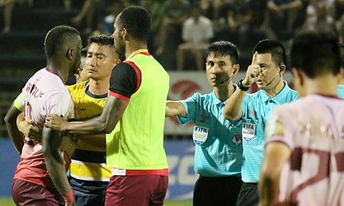Da Silva bị truất quyền thi đấu ngay sau khi trọng tài thổi còi kết thúc hiệp một trận đấu giữa Quảng Ninh và Sài Gòn. Ảnh: Tiến Thành.