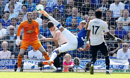 Richardlison bắt vô lê mở tỷ số cho Everton. Ảnh:Reuters.