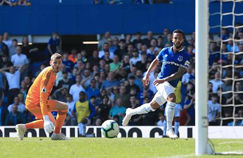 Theo Walcott ghi bàn kết liễu Man Utd. Ảnh:AFP.