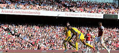 Benteke đánh đầu ghi bàn mở tỷ số cho Palace.