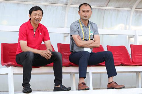 HLV Dương Minh Ninh (trái) bất lực trong việc cải thiện thành tích cho HAGL. Ảnh: Đức Đồng.
