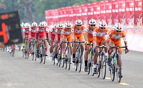Mỗi khi các tay đua TP HCM dàn quân để đua tay đua chủ lực về đích, các đội khác không có cơ hội chen lên. Ảnh: Phạm Huy.
