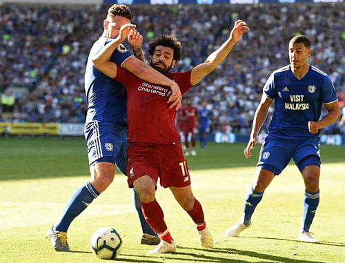 Salah mang về quả phạt đền để Milner ấn định tỷ số 2-0 cho đội khách. Ảnh: AFP.
