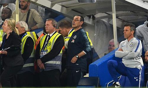 HLV Sarri bị đuổi khỏi sân ở phút bù giờ vì không kìm chế nỗi sự ức chế trước lối chơi phản bóng đá của Burnley.