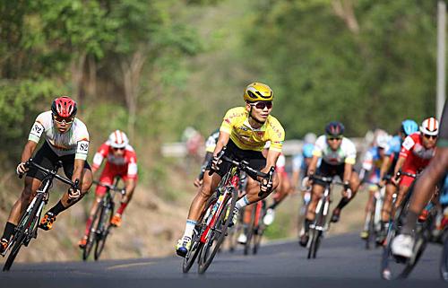 Dù gặp sự cố khi gần về đíc nhưng Huỳnh Thanh Tùng vẫn giữ Áo Vàng sau 10 chặng đua. Ảnh: Phạm Huy.