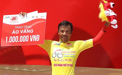 Trường Tài soán Áo Vàng từ tay Huỳnh Thanh Tùng sau chặng đua đồng đội tính giờ. Ảnh: Phạm Huy.
