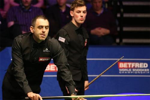 OSullivan (trái) bại trận trước đối thủ trẻ tuổi Cahill. Ảnh:Blackpool Gazzette.