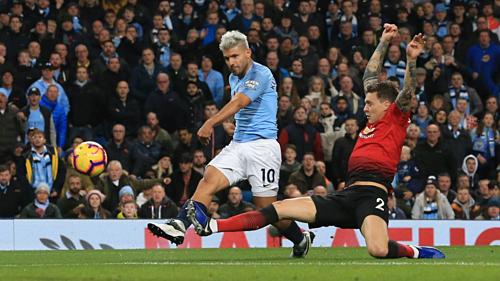 Aguero ghi bàn giúp Man City thắng Man Utd với tỷ số 3-1 ở lượt đi. Ảnh:AFP.