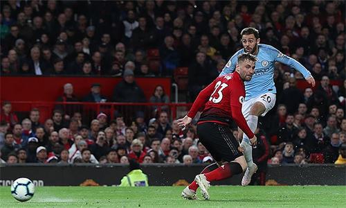 Bernardo Silva (trong ảnh) mở tỷ số trước Man Utd và giúp Man City san bằng kỷ lục của chính CLB cách đây năm mùa, trước khi Leroy Sane giúp đội bóng hiện tại lập kỷ lục mới.