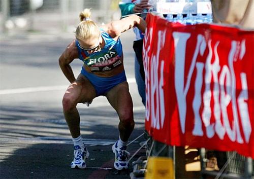 Paula Radcliffe bị đau bụng trên đường đua London Marathon 2005. Ảnh:Sun.