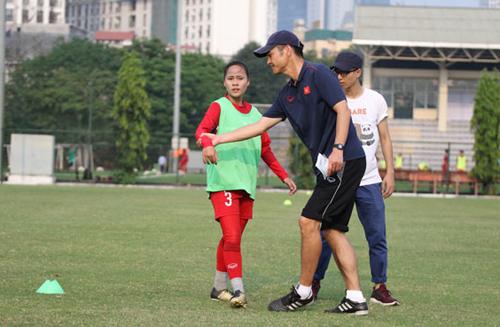 ÔngIjiro Akira chỉ dạy các cầu thủ tại Trung tâm đào tạo bóng đá trẻ VFF.