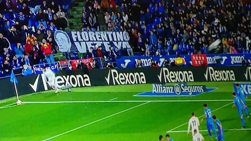 Biểu ngữ đòi sa thải Perez xuất hiện ở gần khu phạt góc trận đấu trên sân Getafe.