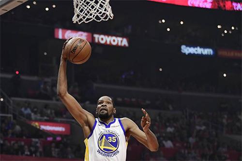 Durant (trắng) ném thành công 12 trong 17 tình huống bóng sống ở nửa đầu trận. Ảnh: AP.