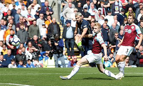 Burnley phòng ngự tốt trong phần lớn thời gian trước Man City, nhưng vẫn không tránh khỏi thất bại.