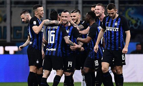 Nainggolan (số 14) đưa Inter vượt lên bằng cú vuốt bóng sống. Ảnh: Reuters.