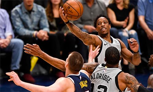 DeRozan (cầm bóng) chơi dưới sức là một nguyên nhân khiến Spurs thất bại. Ảnh: Denver Post.