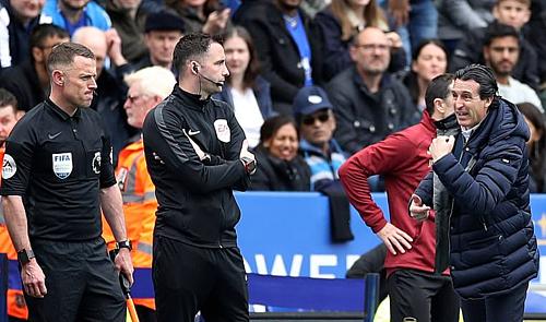 Emery (phải) phản ứng sau khi trọng tài phạt thẻ đỏ hậu vệ Maitland-Niles.