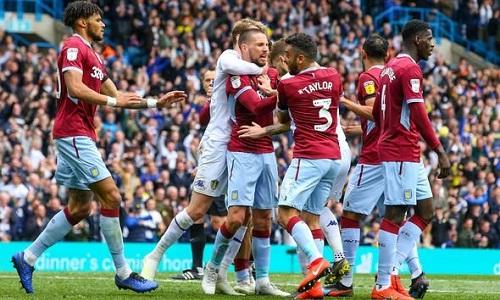 Màn ẩu đả giữa cầu thủ hai đội sau khi Klich mở tỷ số cho Leeds. Ảnh: Reuters.