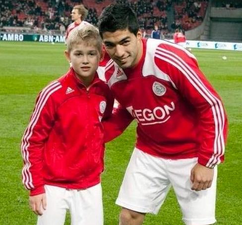 De Ligt (trái), thủ quân Ajaxhiện tại, cách đây 10 năm chỉ là một cậu bé nhặt bóng và ao ước được lên đội một chơi như thần tượng đàn anh Luis Suarez.