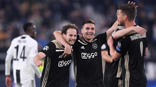 Blind và Tadic ôm nhau chung vui sau khi đánh bại Juventus ở tứ kết Champions League. Ảnh:Reuters.