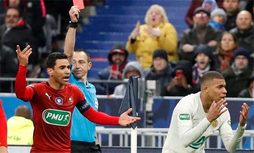 Mbappe phải nhận thẻ đỏ trực tiếp sau cú vào bóng. Ảnh: Reuters