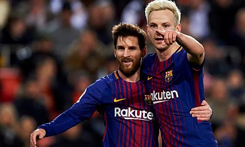 Rakitic (phải) tuân theo mọi chỉ đạo từ Messi. Ảnh: EI.