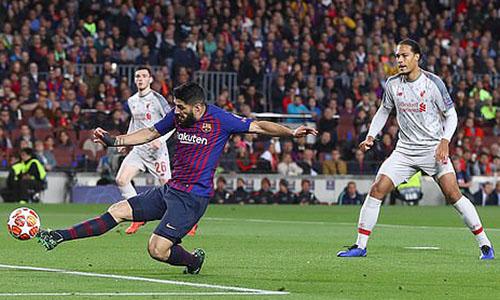 Tình huống đệm bóng cận thành mở tỷ số của Suarez. Ảnh: BPI.