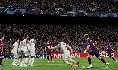 Cú sút phạt thành bàn của Messi từ cự ly ngoài 30 met. Ảnh: Reuters.