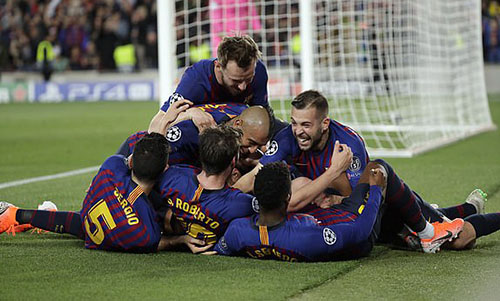 Niềm vui của cầu thủ Barca, những người đã đặt một chân vào chung kết. Ảnh: AP.