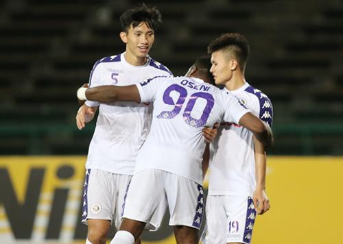 Oseni ôm cảm ơn Quang Hải sau khi ghi bàn ấn định tỷ số 5-1 trên sân vận động Olympic tại Phnom Penh, Campuchia ngày 1/5. Ảnh: Lâm Thỏa