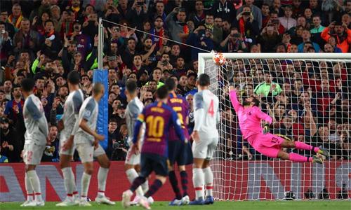 Các khán đài chật kín CĐV là nguồn cổ vũ tinh thần lớn lao cho Barca khi họ hạ Liverpool 3-0 hôm 1/5. Ảnh: Reuters