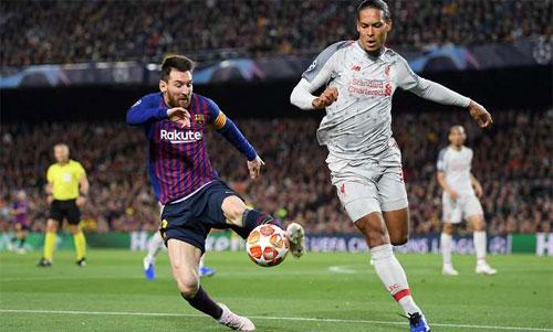 Trung vệ số một Ngoại hạng Anh bất lực với Messi. Ảnh: Reuters