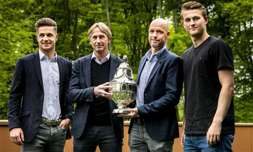 HLV,thủ quân hai đội Ajax và Willem II trước trận chung kết. Ảnh: AD