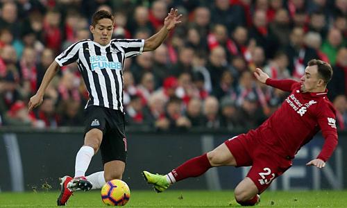 Newcastle (trái) muốn thắng để đòi nợ thảm bại 0-4 ở lượt đi. Ảnh: Reuters.