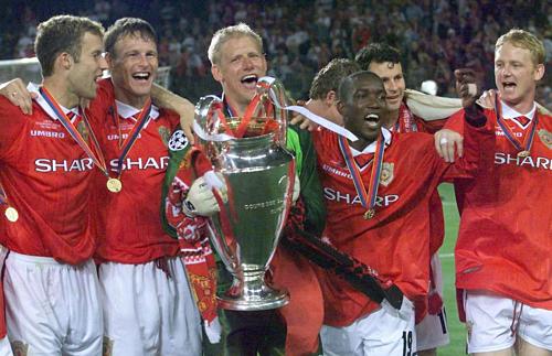 Schmeichel cầm cup Champions League bên các đồng đội ở Man Utd. Ảnh:AFP.