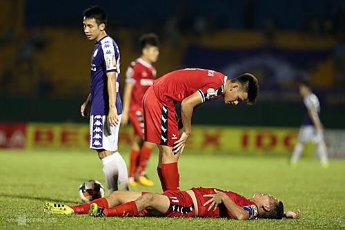 Cầu thủ Bình Dương liên tục nằm sân trong trận đấu chiều 5/5 trên sân Gò Đậu. Ảnh: Đức Đồng.