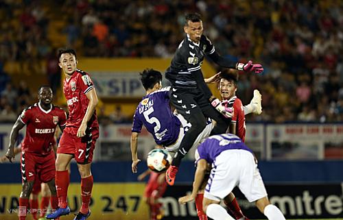 Tấn Trường lao ra bắt bóng thiếu chính xác để cầu thủ Hà Nội đánh đầu vào lưới trống. Ảnh: Đức Đồng.