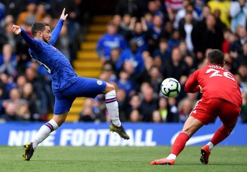 Hazard (trái) tỏa sáng một cách đều đặn bất chấp phong độ của Chelsea. Ảnh: EPA.