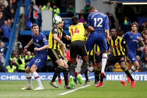 Loftus-Cheek (số 12) phá thế bí cho Chelsea bằng tình huống đánh đầu cận thành đầu hiệp hai. Ảnh: PA.