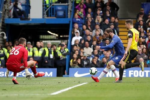 Higuain dứt điểm kỹ thuật ấn định chiến thắng 3-0 cho Chelsea. Ảnh: Reuters.