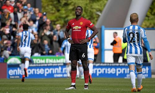 Man Utd (áo đỏ)tự đánh mất hy vọng cuối cùng dự Champions League mùa tới. Ảnh: AFP.