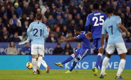 Ricardo Pereira sút xa thành bàn, ấn định chiến thắng 2-1 cho Leicester ở lượt đi. Ảnh: PA.