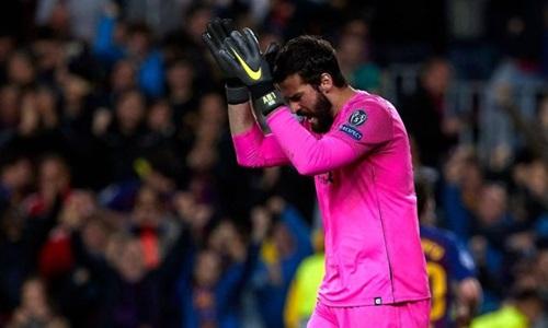 Alisson từ chối lên tấn công và cứu cho Liverpool một bàn thua. Ảnh: EPA.