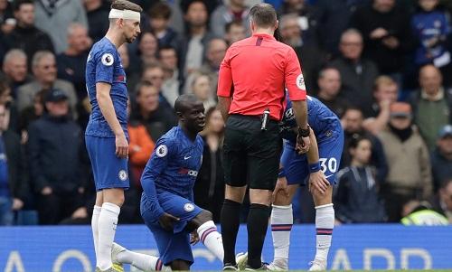 Kante sẽ vắng mặt trong hai trận đấu quan trọng tiếp theo của Chelsea do chấn thương. Ảnh: AP.